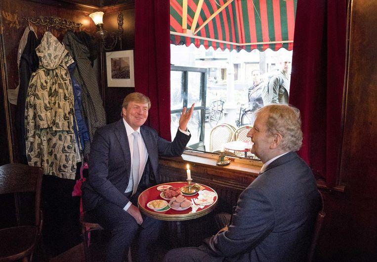 Van der Laan met koning Willem-Alexander in de Jordaan, vorige week. Beeld ANP