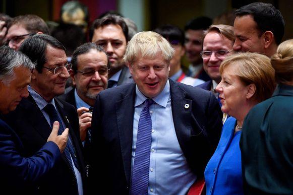 Johnson werd op de Europese top hartelijk begroet door de andere Europese regeringsleiders, waaronder Duits bondskanselier Angela Merkel.