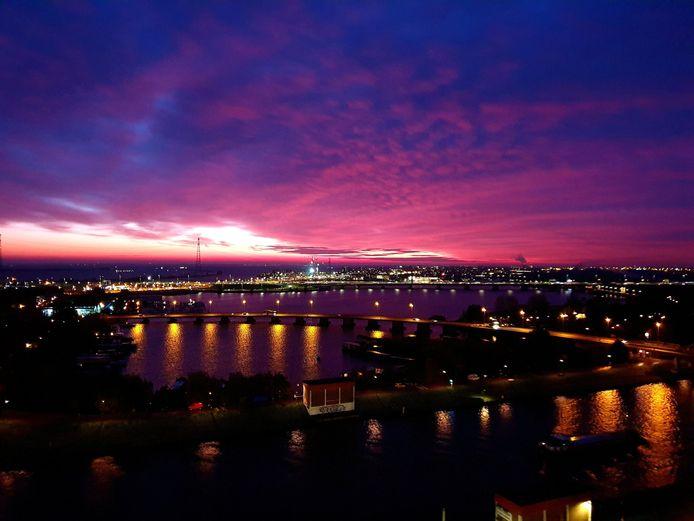 Ochtendrood kleurde de Nederlandse hemel vanmorgen rood-paars. Kraanmachinist Geurt van Roekel legde het vast.