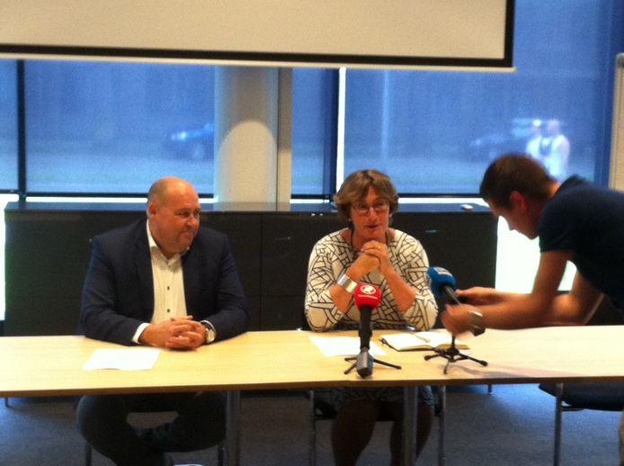 Harrie Windmuller van Brabantwonen en burgemeester Wobine Buijs van Oss.