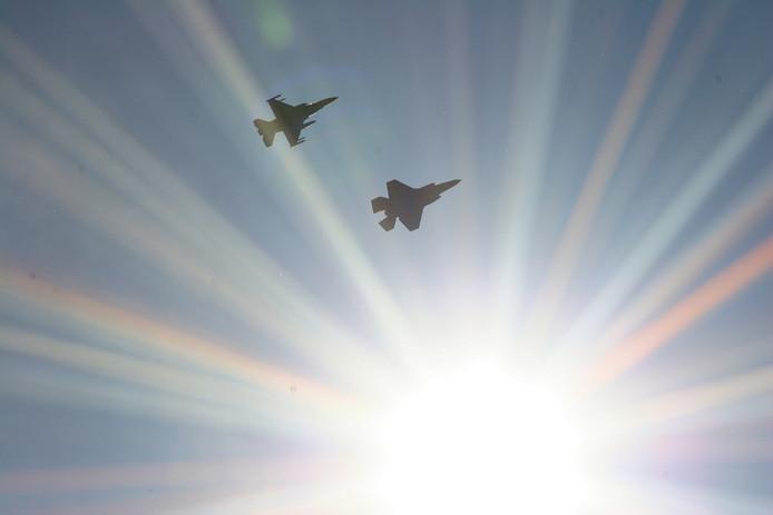 JSF met F16 gespot boven de wijk Asterd in Breda. Was op weg richting de luchtmacht toren langs de A16.