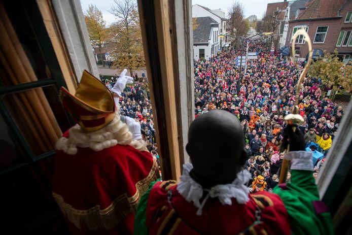 Sinterklaas liet zich vorig jaar nog vergezellen door zijn zwart geschminkte hoofdpiet Roelie Boelie.