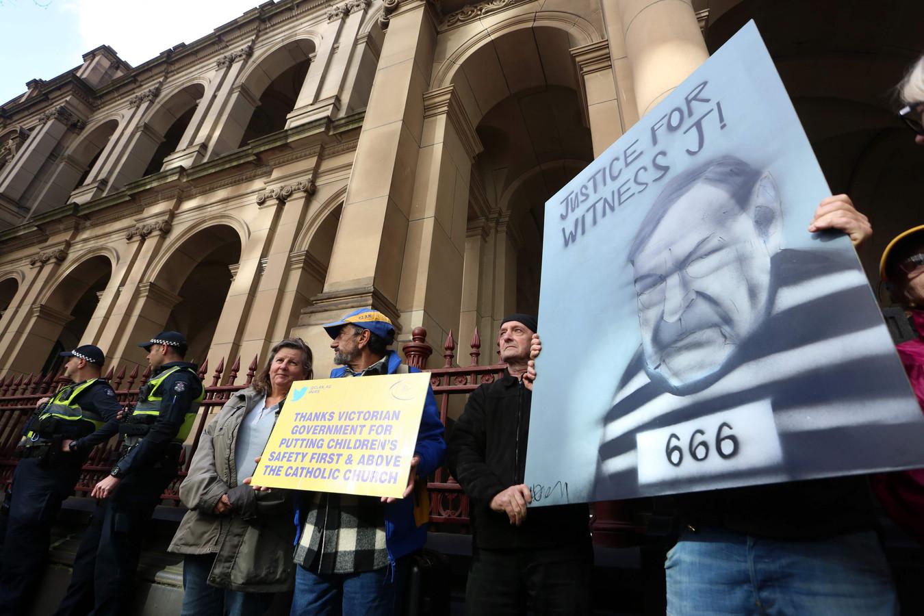 Demonstranten protesteren bij de rechtbank in Melbourne waar de veroordeelde kardinaal George Pell wordt berecht.