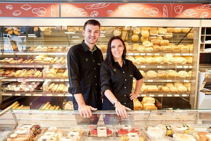 Uitbater Cihan Gungor samen met gerante Wendy in de nieuwe Spar-winkel.