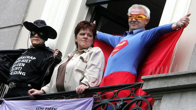 Twee mannen beklommen in 2005 het balkon van het PvdA hoofdkantoor in Amsterdam. De mannen die vermomd waren als Zorro en Superman maken deel uit van Fathers 4 Justice. Deze groep protesteert er tegen dat vaders na een echtscheiding hun kinderen niet kunnen zien. Beeld anp