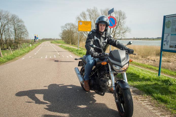 Motorrijder Laurens den Oudsten op de Lekdijk, waar dat eigenlijk niet mag.
