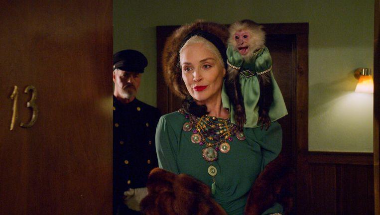Sharon Stone als Lenore Osgood, met haar aapje als beste vriend. Beeld Netflix
