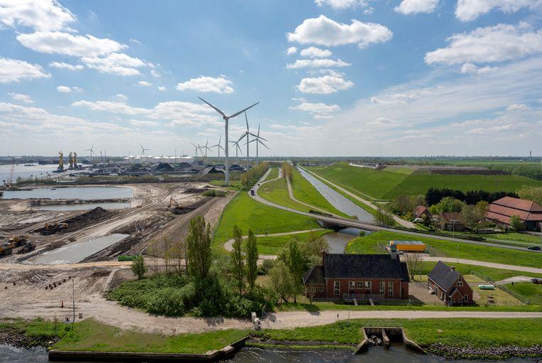 Vuilstortplaats Het Groene Schip vormt een barrière tussen recreatiegebied Spaarnwoude (Haarlemmermeer) en het Westelijk Havengebied (gemeente Amsterdam).  Beeld Theo Baart