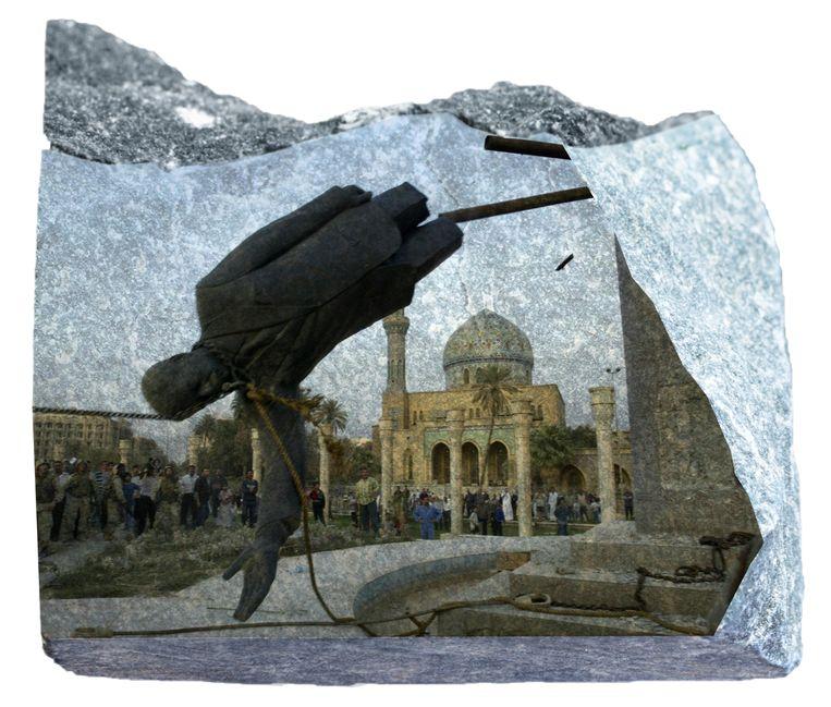 Na de inval in Irak in 2003 werd in Bagdad een enorm beeld van de verdreven dictator Saddam Hussein omver getrokken door Amerikaanse militairen. Irakezen grepen hun kans voor een eigen stormloop op monumenten en portretten. Beeld Brechtje Rood
