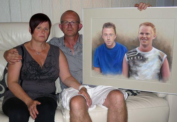 Archieffoto: Martine en Christiaan Bruynseels met een geschilderd portret van hun verongelukte zonen Michel en Peter.