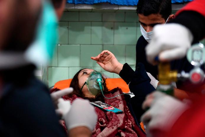 Na de vermeende chloorgasaanval moesten tientallen mensen zich laten behandelen voor ademhalingsklachten.