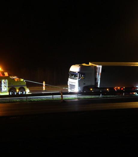 Vrachtwagen rijdt zich muurvast tegen vangrail op A1