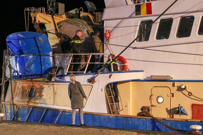 Een politieonderhandelaar moest de dronken man van boord praten. Die had zich verschanst aan boord van een viskotter.