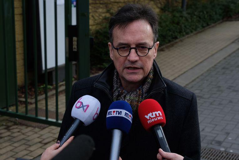 Directeur Benoit Goffin spreekt te pers toe voor de school aan de Stokkelsesteenweg.