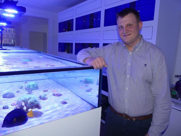 Kenneth Toulouse in zijn aquariumshop.