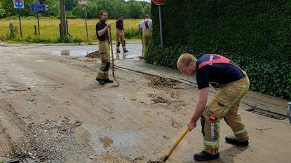 Modder stroomt verkeersdrempel op: brandweer ruimt smurrie op