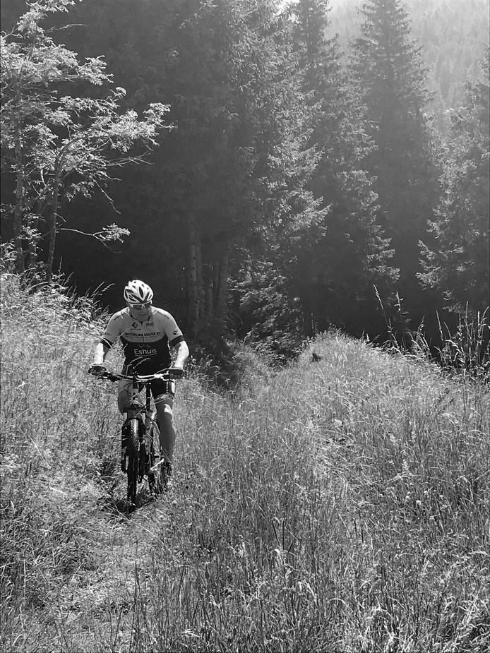 Op de zondagse tocht trapt hij bij Nordhorn voor het laatst op de pedalen. 'Zijn finish komt veel te vroeg', zegt dochter Marika.