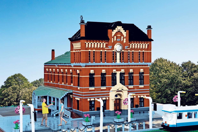 Silvio Fontaine en Ingrid van Katwijk voor het door hem gebouwde LEGO-model van Paradiso.