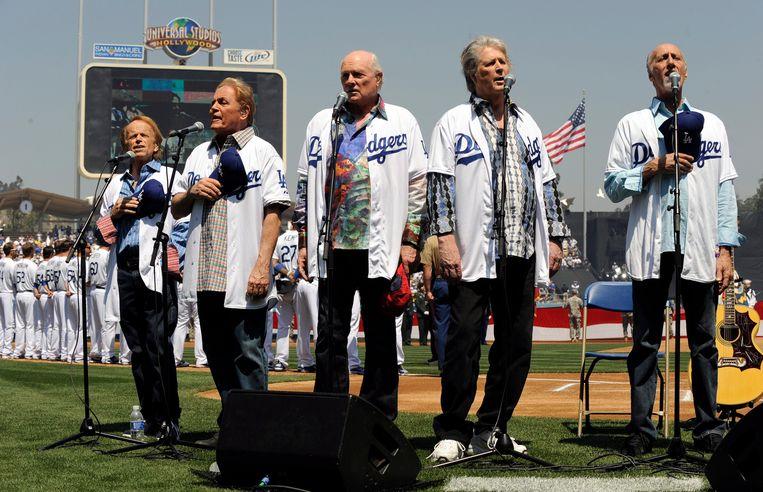 The Beach Boys tijdens hun reünie in 2012 (vlnr): Al Jardine, Mike Love, Bruce Johnston, Brian Wilson en David Marks. Die reünie was slechts een kortstondige onderbreking van hun geruzie.  Beeld EPA