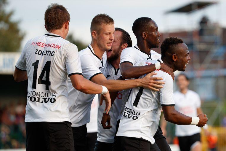 De Roeselare-spelers vieren na het doelpunt van Saviour Godwin.