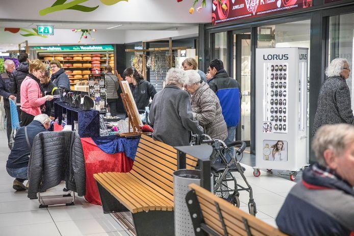 Oudjes en ander winkelend publiek in winkelcentrum Mariahoeve in Den Haag. Winkelcentrum Mariahoeve wordt in de ochtend vooral bezocht door ouderen.(Den Haag 05-04-2019) Foto:Frank Jansen