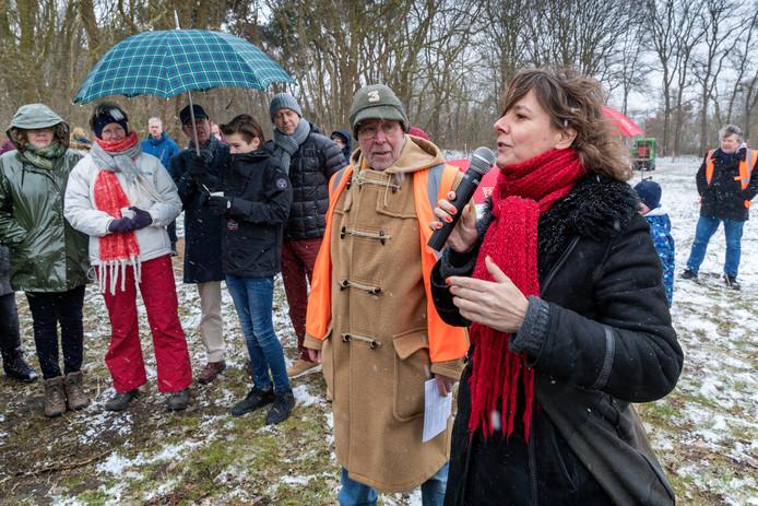 Judith Hendrickx plant een boom bij de opening van het Levensbomenbos in Rosmalen.