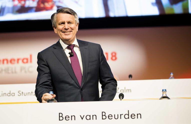 Ben van Beurden CEO van Royal Dutch Shell voor aanvang van de aandeelhoudersvergadering in het Afas Circustheater in Scheveningen. Shell-topman Ben van Beurden verdiende vorig jaar 20,1 miljoen euro aan basissalaris, bonus, aandelen, pensioen en overige inkomsten. Dat is 126 procent meer dan een jaar eerder, vooral dankzij een grote aandelenbonus van meer dan 15 miljoen euro. Beeld ANP