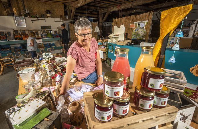 Corrie Wassink van boerderij De Kolke in Voorst heeft het druk met de boerenwinkel, het aanleveren van producten voor maaltijdboxen en de toestroom van campers.