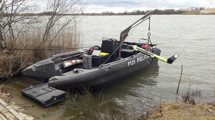 Mogelijk is hier de auto gedumpt. Er wordt met een boot en speciaal sonarapparatuur gezocht.