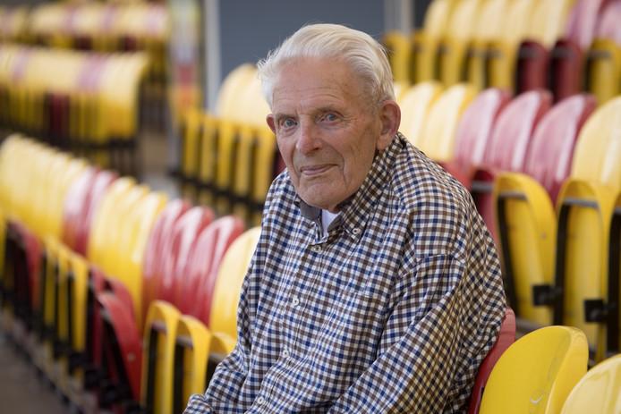 Tonnie Paalman volgt op 91-jarige leeftijd de verrichtingen van zijn club nog op de voet. Op de tribune zit hij anders nooit, liever staat hij in de hoek langs de lijn. ,,Hoe lang nog? Dat zien we dan wel weer.''