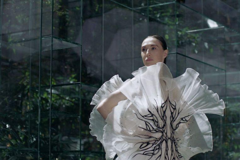 Carice van Houten in de video van Iris van Herpen. Beeld Valentine Bouquet