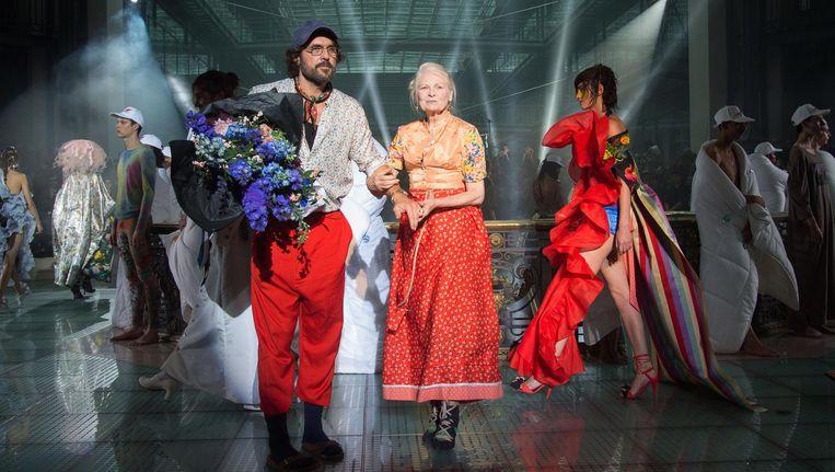 Het koppel Kronthaler-Westwood bij de show in Parijs van de zomercollectie voor 2018. Beeld Stephane Cardinale/Getty Images