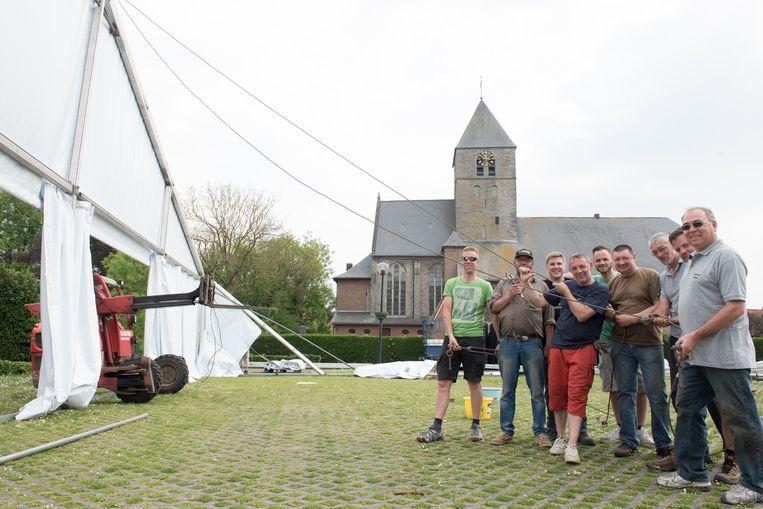 De feesttent in Elsegem wordt met man en macht op getrokken.