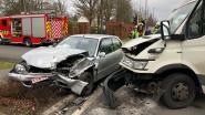 Twee gewonden bij knal tussen auto en vrachtwagen