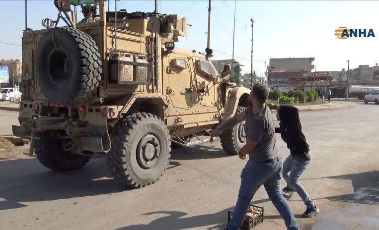 Woedende Koerden bekogelden Amerikaanse troepen met aardappelen in Qamishli, Noord-Syrië.  Beeld AP