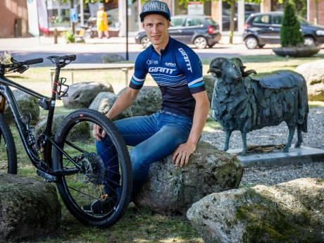 Van hunebed naar hunebed: Gerben Mos uit Meppel dendert op de fiets heel Drenthe door