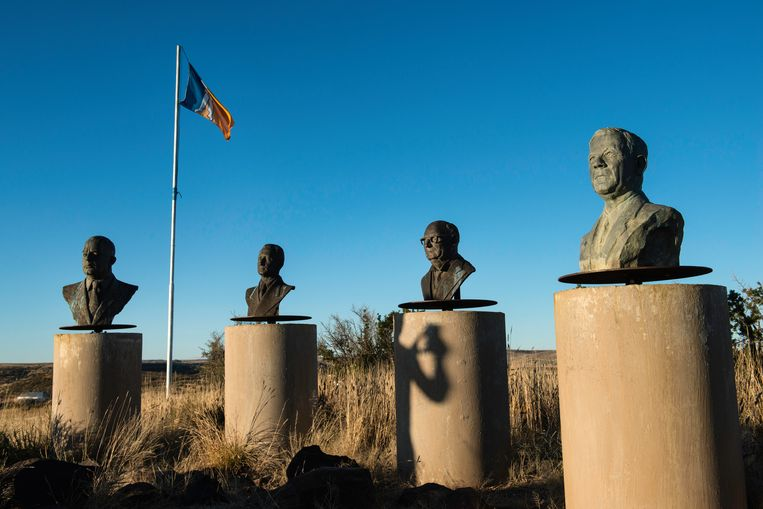 Op een heuvel aan de rand van Orania staat een rij beelden van vroegere Afrikaner leiders en wappert de vlag van Orania. Uiterst rechts is de beeltenis van 'de architect van apartheid' Hendrik Verwoerd te zien. Beeld Bram Lammers