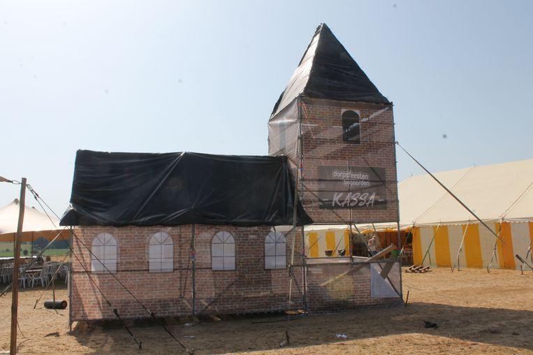 Voor de nostalgici onder de bezoekers: de kerk van Bogaarden werd nagemaakt en krijgt een speciaal plekje op de weide.