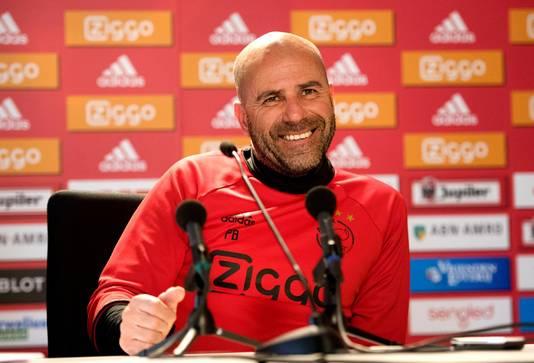 Peter Bosz van Ajax tijdens de persconferentie in aanloop naar het competitieduel tegen Feyenoord