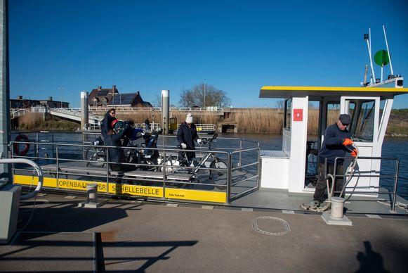 De veerboot mocht maximum vijf personen per overtocht meenemen.