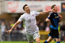 Robert Lewandowski juicht na zijn goal tegen Paderborn (2-3).