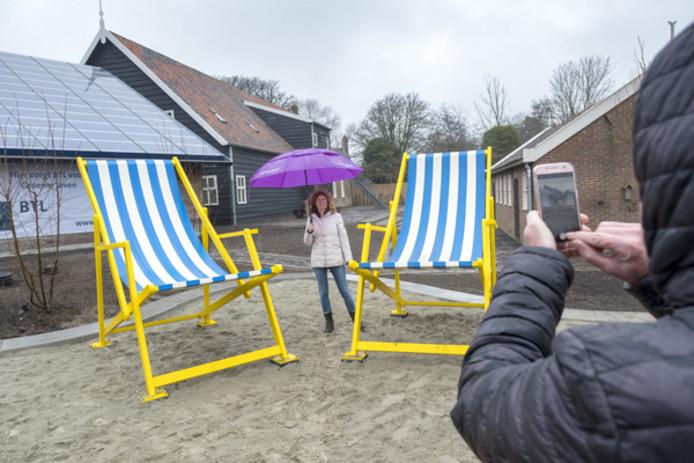 De grote strandstoelen bij het VVV-inspiratiepunt in Renesse: één van de populairste fotoplekken van Schouwen-Duiveland.