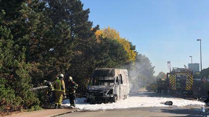 Bestelwagen brandt uit in Nijverheidsstraat
