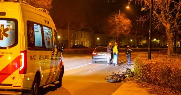 Fietser om 04.45 uur aangereden in Apeldoorn, vrouw is naar het ziekenhuis gebracht.