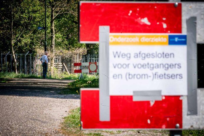 Wegafsluiting in Milheeze, nadat bij twee Brabantse fokkerijen onder nertsen het coronavirus was uitgebroken.