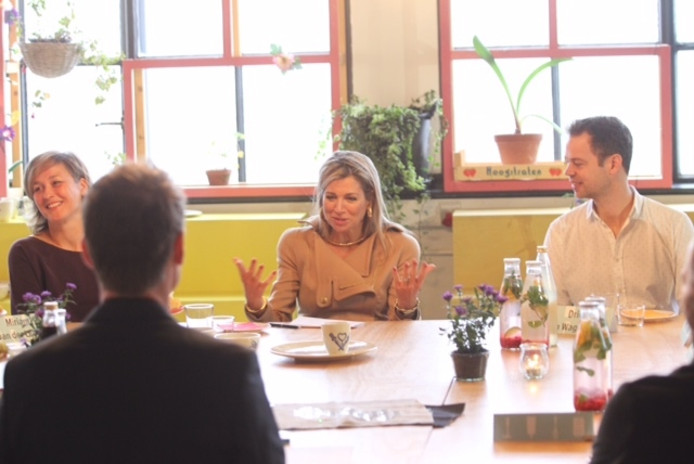 Koningin Máxima in gesprek met onder andere Martijn Paulen (directeur DDF) en vormgeefster Miriam van der Lubbbe.