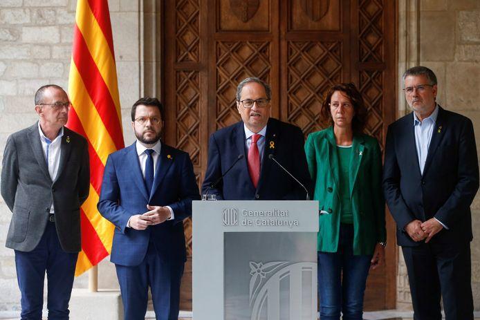 Le président de la Catalogne (nord-est) Quim Torra (au centre)