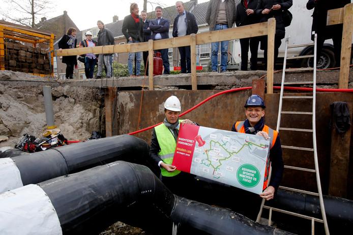 Directeur duurzame energie Arjan ten Elshof van HVC en wethouder duurzaamheid Rik van der Linden 'bezegelden' eind maart de gouden las van het warmtenet.