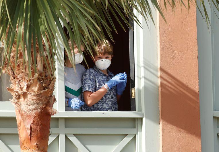 Gasten met mondmaskers in het H10 Costa Adeje Palace, het hotel op Tenerife dat momenteel in lockdown is.