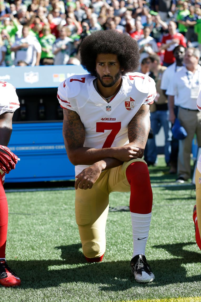 2016. American footballer Colin Kaepernick knielt tijdens het Amerikaans volkslied uit protest tegen discriminatie en politiegeweld in de VS.  Beeld AP